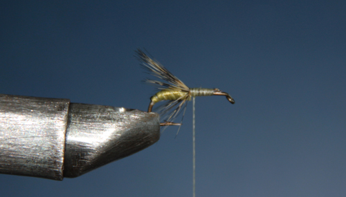 Debe de quedar el suficiente espacio para la sujeción de la anilla, espacio que luego servirá para el atado de la segunda pluma.