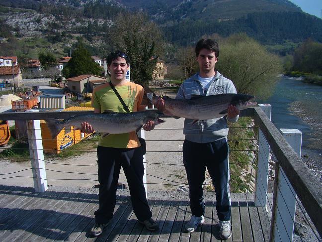 Andoni con el campanu y josu con el segundo salmón de la temporada una vez pesado y etiquetados en el puesto de Panes
