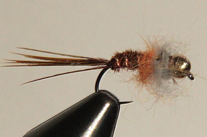 Ya está la mosca terminada después de anudar y cardar el dubbing